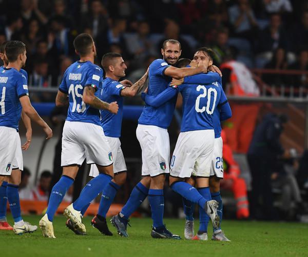 L'Italia festeggia il gol di Bernardeschi: non basterà a sconfiggere l'Ucraina (ph. Zimbio)