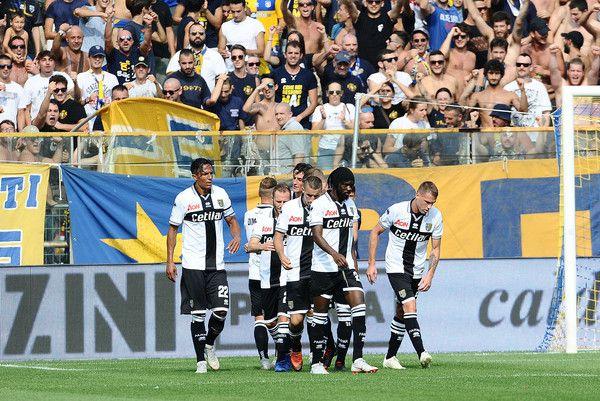 I giocatori del Parma festeggiano sotto la curva (ph.zimbio)